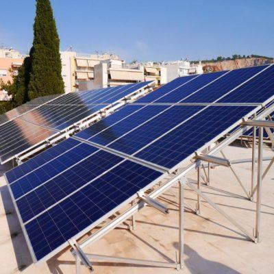 Επανεκκινούν τα φωτοβολταϊκά στις στέγες – Ερωτηματικό οι ενεργειακές κοινότητες