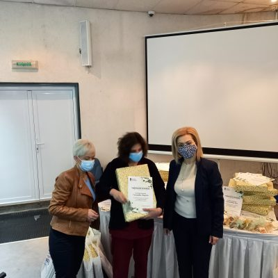 """Η Αντιδήμαρχος πολιτισμού του Δήμου Εορδαίας Μαρία Αντωνιάδουπρόσφερε στις μητέρες-νοσηλεύτριες του τμήματος νοσηλείας covid-19 του Μποδοσάκειου, τιμητικούς επαίνους κι αναμνηστικά δώρα της """"Επιτροπής Ελλάδα 2021"""" (Φωτογραφίες)"""