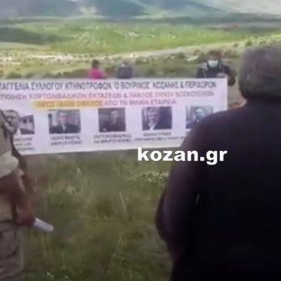 """kozan.gr: Κτηνοτρόφοι, με τα ζώα τους, συγκεντρώθηκαν, σήμερα Κυριακή, στα Σιδερά Κοζάνης, διαμαρτυρόμενοι για την εγκατάσταση φωτοβολταϊκών στην ευρύτερη περιοχή και τη ζημιά που προκαλούν στην κτηνοτροφία  – Το πανό περί """"Φιλικής Εταιρείας"""" με τις φωτογραφίες του Δημάρχου Κοζάνης, των επικεφαλής άλλων συνδυασμών στο Δημοτικό Συμβούλιο Κοζάνης καθώς και του Συντονιστή της Αποκεντρωμένη Ηπείρου – Δ. Μακεδονίας (Βίντεο)"""