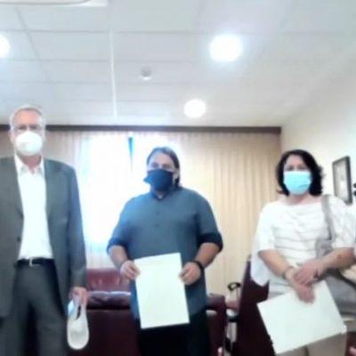 Kozan.gr: Τιμητική διάκριση (εύφημος μνεία) από το περιφερειακό συμβούλιο Δ.  Μακεδονίας στους 3 θετικούς πρωταγωνιστές,  στην αιματηρή επίθεση στη ΔΟΥ Κοζάνης, που επέδειξαν θάρρος, γενναιότητα, αυτοθυσία κι ακινητοποίησαν τον 45χρονο με το τσεκούρι – Οι συγκινητικές κουβέντες του Διευθυντή της ΔΟΥ Κοζάνης Γιάννη Ποδιώτη (Βίντεο)