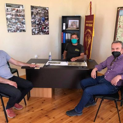 """Συνάντηση αντιπροσωπείας της Δημοτικής Κίνησης """"Κοζάνη – Τόπος να Ζεις"""" με τον πρόεδρο της Οινόης Ζήνωνα Πουταχίδη και κατοίκους του χωριού"""