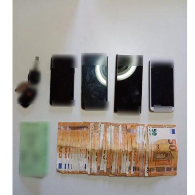 Συνελήφθησαν 2 άτομα για διακίνηση ποσότητας ακατέργαστης κάνναβης βάρους -53- κιλών, σε περιοχή της Καστοριάς, από αστυνομικούς της Διεύθυνσης Αστυνομίας Καστοριάς  – Οι ανωτέρω δε συμμορφώθηκαν σε σήμα στάσης των αστυνομικών και συνελήφθησαν μετά από συντονισμένη αστυνομική επιχείρηση