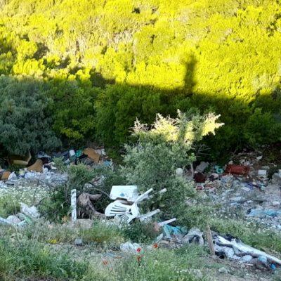 «Σκουπιδότοπος» στο πλάτωμα θέασης – parking στο 4ο χλμ του δρόμου γέφυρας Ρυμνίου – διασταύρωσης Τριγωνικού