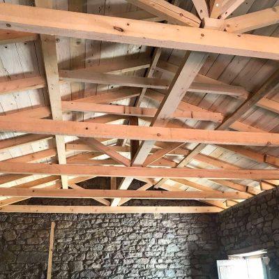 Εργασίες αντικατάστασης στέγης και της τοιχοποιίας κτηρίου στην πλατεία «Μάρμαρος» της Κοινότητας Βυθού.