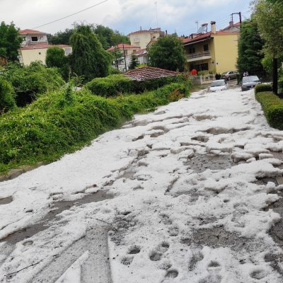 kozan.gr: Νέες φωτογραφίες με δρόμους κατάλευκους & πλατείες γεμάτες από μεγάλο όγκο από χαλάζι