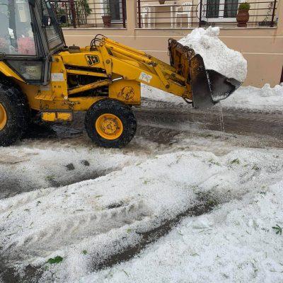 kozan.gr: Δείτε σκαπτικό μηχάνημα να απομακρύνει μεγάλες ποσότητες χαλαζιού από την οδό Αιανής στην Κοζάνη (Βίντεο & Φωτογραφίες)