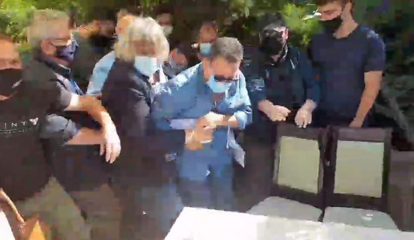 """Kozan.gr: Πιάστηκαν στα χέρια – Ένταση, διαπληκτισμοί και επεισόδια στην έναρξη των εργασιών του εκλογοαπολογιστικού συνεδρίου του Εργατικού Κέντρου Κοζάνης – Έπεσε κάτω ο Οργανωτικός Γραμματέας του Συνεδρίου Σ. Μάστορας – Για θέατρο τον κατηγόρησαν από την Ταξική Ενότητα (ΠΑΜΕ) – """"Παιδιά μας παίρνουν τα χαρτιά, αστυνομία, τραβήξτε βίντεο"""", φώναζε ο Σ. Μάστορας- Παρέμβαση της αστυνομίας για να ηρεμήσουν τα πνεύματα (Βίντεο μεγάλης διάρκειας με τα περισσότερα επεισόδια που σημειώθηκαν)"""