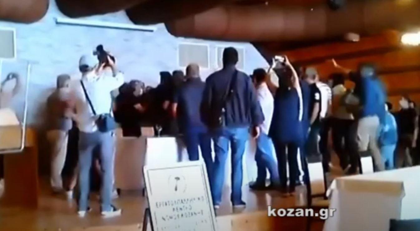 kozan.gr: Ώρα 11:50 π.μ.: Kαι νέες μικροσυμπλοκές στο συνέδριο του Εργατικού Κέντρου Κοζάνης όταν πήρε το μικρόφωνο το στέλεχος της Ταξικής Ενότητας Ν. Στολτίδης από τον απερχόμενο πρόεδρο Ε. Αδάμ – Έντονη η παρουσία της αστυνομίας που έχει αποκλείσει την είσοδο σε μη συνέδρους (Βίντεο)