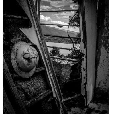 kozan.gr: Με το φωτογραφικό φακό του Μάνου Δημουδιά στις όχθες της λίμνης Πολυφύτου λίγο μετά το χωριό Ίμερα στα ερείπια του οικισμού των εργαζομένων στην κατασκευή του υδροηλεκτρικού σταθμού Πολυφύτου και στη συνέχεια για ένα διάστημα των εργαζομένων της ΔΕΗ