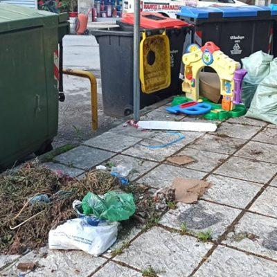 Καταγγελία αναγνώστη στο kozan.gr για την συνεχόμενη ακαταστασία και βρωμιά στους κάδους που βρίσκονται στην οδό Αθηνών, κοντά στην Πυροσβεστική Υπηρεσία Κοζάνης (Φωτογραφίες)