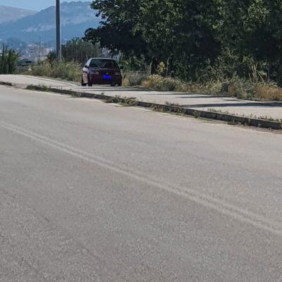 kozan.gr: Αυτή η κακή συνήθεια ορισμένων συμπολιτών μας, να παρκάρουν τα αυτοκίνητά τους, ώστε να εξασφαλίσουν τη σκιά των δέντρων, εντός του πεζοδρόμου Κοζάνης – Αργίλου, παρεμποδίζοντας τη διέλευση των πεζών, ειδικά σε ώρες που υπάρχει αρκετός κόσμος που περπατά και στις δύο κατευθύνσεις, πρέπει να σταματήσει  (Φωτογραφίες)
