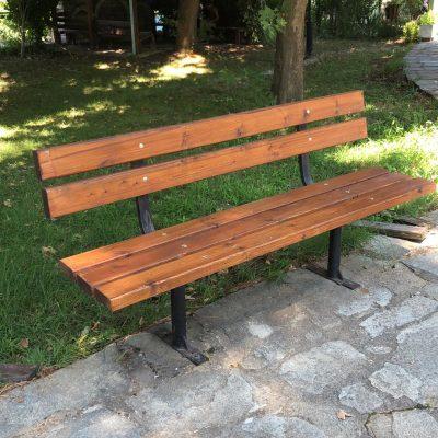 Ξεκίνησε η αντικατάσταση της φθαρμένης ξυλείας των υπαίθριων καθισμάτων (παγκάκια) στο Δήμο Βοΐου