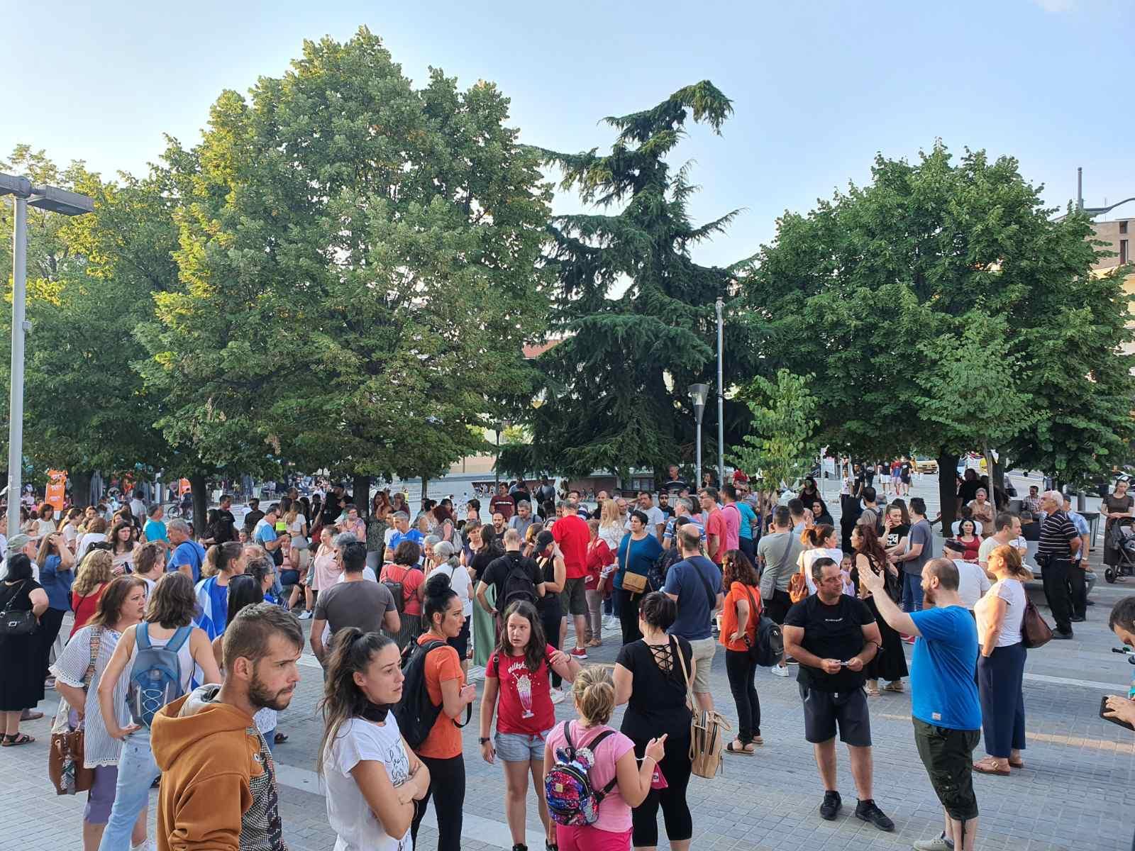 Kozan.gr: Ώρα 19:40: Κοζάνη: Συγκέντρωση διαμαρτυρίας για τον υποχρεωτικό εμβολιασμό (Φωτογραφίες & Βίντεο)