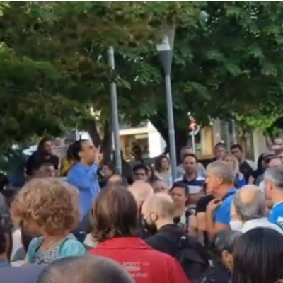 "kozan.gr: Κοζάνη: Zήτησαν από δημοσιογράφο τοπικού ΜΜΕ να αποχωρήσει από τη συγκέντρωση διαμαρτυρίας κατά του υποχρεωτικού εμβολιασμού γιατί όπως υποστήριξαν, κάποιοι από τους συγκεντρωμένους, το συγκεκριμένο ΜΜΕ τους χαρακτηρίζει αντιεμβολιαστές, τους χλευάζει και λέει ψέματα. – ""Είστε ανεπιθύμητοι"" το σύνθημα που φώναξαν (Βίντεο)"