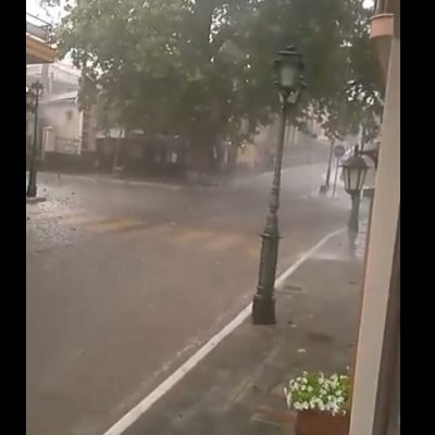 """kozan.gr: H καταιγίδα στη Σιάτιστα, που έπληξε την περιοχή γύρω στις 19:30, μετέτρεψε ακόμη μια φορά τους δρόμους σε """"ποτάμια"""" (Βίντεο)"""
