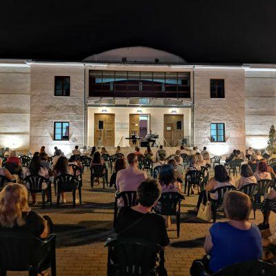 "kozan.gr: Μια υπέροχη μουσική βραδιά, με τίτλο, ""Θα πιω απόψε το φεγγάρι"", διοργανώθηκε το βράδυ της Κυριακής 1/8, στον αύλειο χώρο του Πολιτιστικού κέντρου "" Άρης και Λίλιαν Βουδούρη"", στη Σιάτιστα (Βίντεο)"