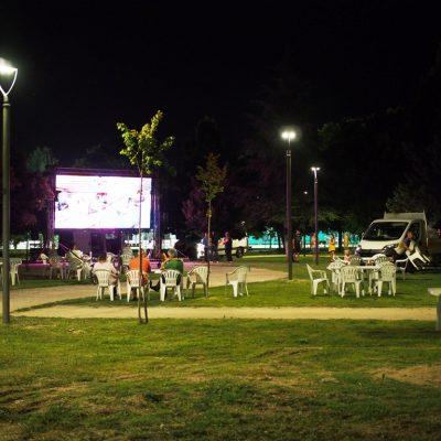"""Στήθηκε η Γιγαντοοθόνη του Δήμου Γρεβενών στο """"Πάρκο των Μανιταριών"""" για τον μεγάλο τελικό – ΟΛΟΙ ΜΑΖΙ στηρίζουμε τον συνδημότη μας Μίλτο Τεντόγλου (Φωτογραφίες)"""