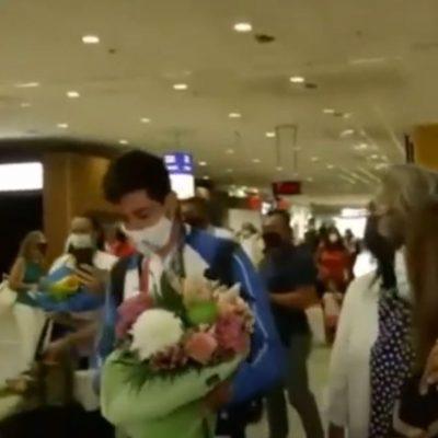 Επέστρεψε στην Αθήνα ο χρυσός Μίλτος Τεντόγλου – H υποδοχή στο αεροδρόμιο (Βίντεο)