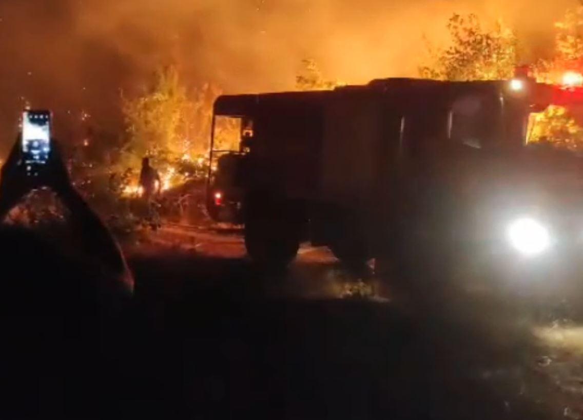 kozan.gr: Ώρα 22:40: Bίντεο από τη πιο μεγάλη εστία φωτιάς κοντά στο Νησί Γρεβενών – Φωτογραφίες αυτή την ώρα μέσα από τον οικισμό (Βίντεο & Φωτογραφίες)