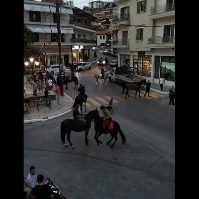 "kozan.gr: Ετοιμάζονται για τον εορτασμό της Παναγιάς στη Σιάτιστα – Μια παρέα καβαλάρηδων βγήκε, το βράδυ της Τετάρτης 11/8, μαζί με τα όργανα προσφέροντας μια μικρή ""γεύση"" (Βίντεο)"