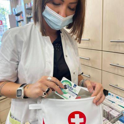 Τσαντάκια πρώτων βοηθειών ετοιμάζουν για το Πυροσβεστικό Σώμα της Περιφέρειας Δυτικής Μακεδονίας τα φαρμακεία Χαραμής στην Κοζάνη – Πρόκειται για μια προσφορά της εταιρείας Prodexx Pharmacy
