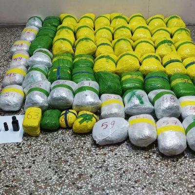 Καστοριά: Συνελήφθησαν έξι (6) άτομα για διακίνηση μεγάλης ποσότητας ακατέργαστης κάνναβης, βάρους 63 κιλών και 850 γραμμαρίων, από αστυνομικούς της Διεύθυνσης Αστυνομίας Καστοριάς – Μεταξύ άλλων κατασχέθηκαν, ανωτέρω ποσότητα ακατέργαστης κάνναβης, πάνω από -1.400- γραμμάρια κατεργασμένη κάνναβη, -168- γραμμάρια χασισέλαιο, -3- Ι.Χ.Ε. αυτοκίνητα και άλλα – Τα δύο οχήματα λειτουργούσαν ως συντονιστές-προπομποί στη μεταφορά των ναρκωτικών ουσιών, ενώ το τρίτο μετέφερε τις ναρκωτικές ουσίες