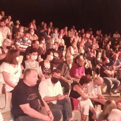 """kozan.gr: Πτολεμαίδα: Γέμισε κόσμο, το βράδυ της Κυριακής 22/8, το θεατράκι στο Πάρκο Εκτάκτων Αναγκών για τη θεατρική παράσταση """"Ένεκα Zeneca"""" η οποία  πρόσφερε αρκετό γέλιο, με πρωταγωνιστές τους Αλέξη Παρχαρίδη & Τάκη Βαμβακίδη (Φωτογραφίες & Βίντεο)"""