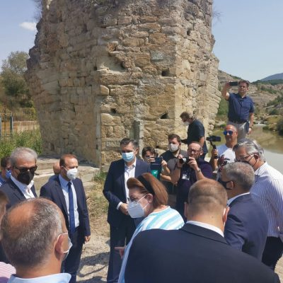 Η υπουργός Πολιτισμού και Αθλητισμού, Λίνα Μενδώνη & ο Περιφερειάρχης Δυτικής Μακεδονίας, Γιώργος Κασαπίδης, υπέγραψαν την Προγραμματική Σύμβαση για την ωρίμανση της ανακατασκευής της «Πέτρινης Γέφυρας του Πασά»