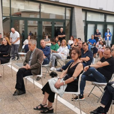 kozan.gr: Πολύς κόσμος στον προαύλιο χώρο της Δημοτικής Βιβλιοθήκης Κοζάνης, το απόγευμα της Τετάρτης 1 Σεπτεμβρίου, στην παρουσίαση του βιβλίου «Εικόνες της Δυτικής Μακεδονίας» της Δήμητρας Β. Καραγιάννη (Φωτογραφίες & Βίντεο)
