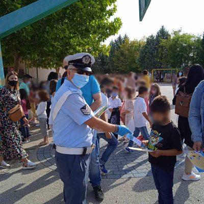 Φωτογραφίες από τα σχολεία της Δ. Μακεδονίας στα οποία διανεμήθηκαν από ένστολους αστυνομικούς ενημερωτικά φυλλάδια με συμβουλές οδικής ασφάλειας και κυκλοφοριακής αγωγής