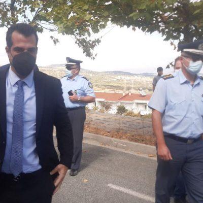 "kozan.gr: Κοζάνη: Mε το σύνθημα ""θέλουμε τη δουλειά μας πίσω"", υποδέχτηκαν, λίγο μετά τις 15:00, έξω από το κτήριο της Περιφέρειας Δ. Μακεδονίας, τον Υπουργό Υγείας Θάνο Πλεύρη, υγειονομικοί που τέθηκαν σε αναστολή εργασίας επειδή δεν εμβολιάστηκαν (Βίντεο & Φωτογραφίες)"