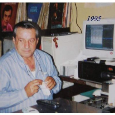 "kozan.gr: Κώστας Γκρίμπας (Γκιώνης) – O αξέχαστος μουσικός παραγωγός, ""μετρ"" της δημοτικής, παραδοσιακής & λαϊκής μουσικής, που κατέγραψε τη δική του ιστορία στα ερτζιανά του Ν. Κοζάνης"