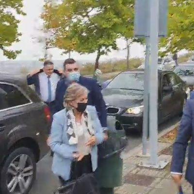 Kozan.gr: Ώρα 15:50 :Η στιγμή της άφιξης της Επιτρόπου Ελίζας Φερέιρα στην Περιφέρεια Δ. Μακεδονίας στην ΖΕΠ, μέσω συνθημάτων διαμαρτυρίας για την απολιγνιτοποιηση και την ιδιωτικοποίηση της ΔΕΗ (Βίντεο)