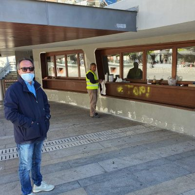 Kozan.gr: Εργασίες ελαιοχρωματισμού  σε τοίχους και παγκάκια της πλατείας της Κοζάνης (Φωτογραφίες)