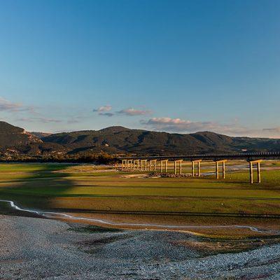 kozan.gr: Η χαμηλή στάθμη της λίμνης Πολυφύτου κάνει τη σκιά της γέφυρας Ρυμνίου να προβάλλεται στον πυθμένα της