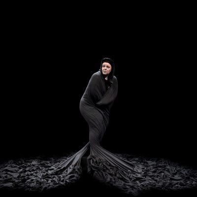 """""""Η Κυρά της Ρω"""" του Γιάννη Σκαραγκά σε σκηνοθεσία Σταύρου Λίτινα – Στον ομώνυμο ρόλο η Φωτεινή Μπαξεβάνη, στο ΔΗΠΕΘΕ ΚΟΖΑΝΗΣ, την Τετάρτη 27 Οκτωβρίου"""
