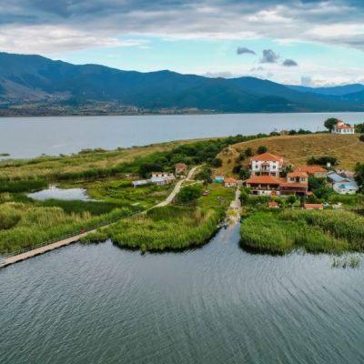 Άγιος Αχίλλειος: Το νησάκι στις Πρέσπες που «πλέει» πάνω στη λίμνη