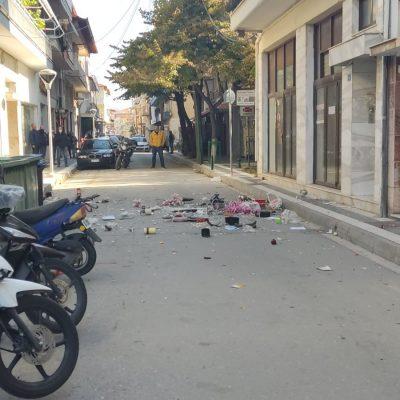 kozan.gr: Πτολεμαίδα: Αναστάτωση στην οδό I. Χρηστίδη, λίγο πριν τη διασταύρωση με Μαρτίου – Γυναίκα πετούσε μικρά και μεγάλα αντικείμενα από το μπαλκόνι της με κίνδυνο να τραυματιστούν οι διερχόμενοι περαστικοί – Στο σημείο η αστυνομία (Βίντεο & Φωτογραφίες)