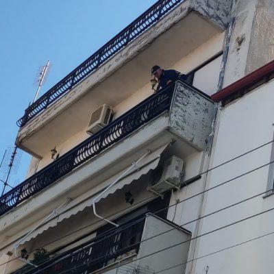 kozan.gr: Πτολεμαΐδα: Οδός Ι. Χρηστίδη – Πυροσβέστες, με τη συνδρομή της αστυνομίας, θα επιχειρήσουν να μπουν μέσα στο διαμέρισμα του 2ου ορόφου απ' όπου η γυναίκα πετά κάτω τα αντικείμενα – Συγκεντρωμένος αρκετός κόσμος στο σημείο (Φωτογραφία)