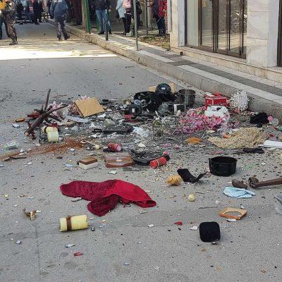kozan.gr: Πτολεμαίδα Ώρα 12:10: Με τη συνδρομή της πυροσβεστικής και την παρουσία συγγενικού της προσώπου αστυνομικοί μαζί με πυροσβέστες μπήκαν, πριν από λίγο, στο σπίτι της γυναίκας που πετούσε τα αντικείμενα